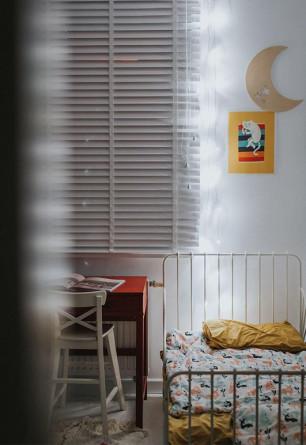 Szara żaluzja drewniana o lamelkach 50mm w stylu skandynawskim w pokoju dziecięcym.