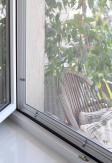 Moskitiera okienna kołnierzowa (biała, brązowa, antracyt) wykonana na dokładny wymiar. Siatka na okno przeciw owadom.