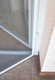Zawiasy samodomykające w moskitierze drzwiowej w kolorze białym