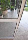 Magnes wewnętrzny domykający moskitierę drzwiową aluminiową w kolorze białym