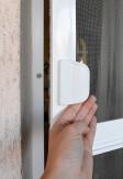 Uchwyt moskitiery drzwiowej otwieranej za pomocą zawiasów samodomykających