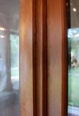 Aluminiowy opływowy profil drzwi moskitierowych w kolorze złotego dębu.