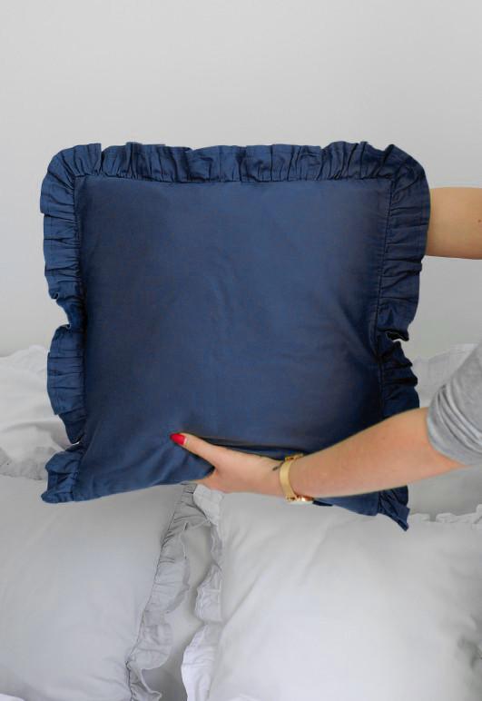 Poszewka (jasiek) z falbaną na poduszki o wymiarze 40x40 w głębokim odcieniu granatu.