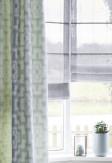 Szara roleta rzymska w tkaninie transparentnej o ozdobnych pionowych paseczkach w salonie o stylu skandynawskim.