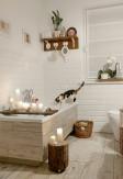 Roleta rzymska o gładkiej transparentnej tkaninie w kolorze białym (DZT10) w łazience.