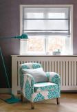 Roleta rzymska o gładkiej transparentnej tkaninie w kolorze szarym montowana we wnęce okiennej.