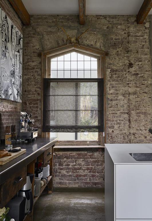 Roleta rzymska transparentna o wyraźnej strukturze tkaniny w kolorze czarnym w kuchni.