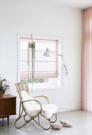 Roleta rzymska o tkaninie wykonanej z dwóch nici - jasnej i ciemniejszej w odcieniu różowym.