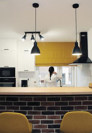 Zaciemniająca roleta rzymska w kolorze musztardowym na oknie kuchennym.