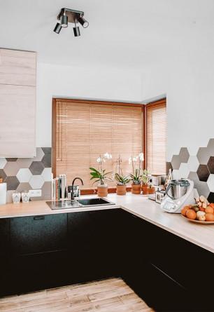 Żaluzje bambusowe 25mm w kolorze słomkowym z widoczną i naturalną strukturą drewna na narożnym oknie kuchennym.