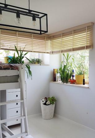 Żaluzja bambusowa 50mm IMBIR w pokoju dziecięcym montowana do sufitu na oknie narożnym.