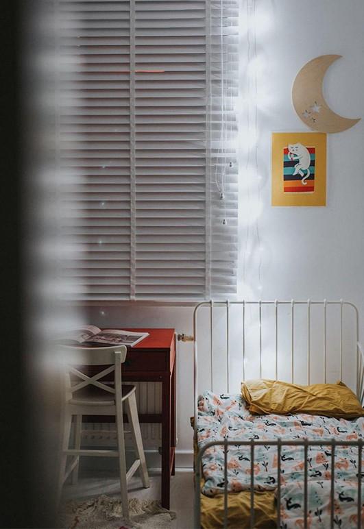 Żaluzja drewniana szara 50mm nw dziecięcym pokoju.