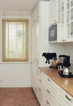 Żaluzja drewniana w kolorze naturalnym o lamelkach 50mm w kuchni (styl skandynawski)