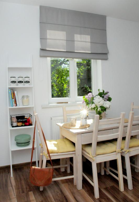 Szara roleta rzymska w kuchni o stylu skandynawskim mocowana do sufitu.