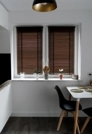 Ciemna żaluzja bambusowa z drabinką taśmową 25mm. Mocowana bezinwazyjnie z prowadzeniem bocznym na oknie kuchennym.