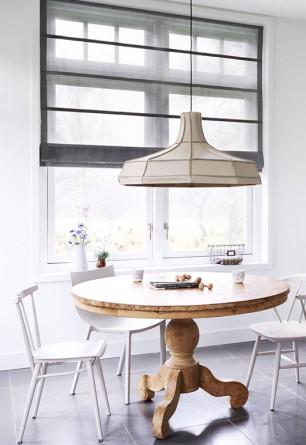 Roleta rzymska o gładkiej transparentnej tkaninie w kolorze szarym w jadalni o stylu skandynawskim. Montaż we wnęce okiennej.