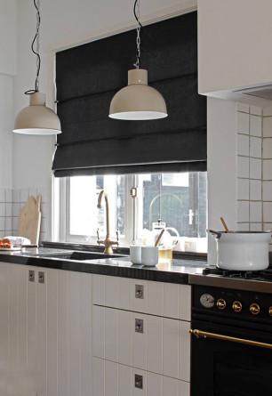 Ciemna roleta rzymska w kuchni o stylu skandynawskim. Montaż we wnęce okiennej.