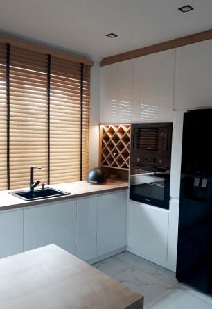Żaluzja bambusowa 50mm z drabinką taśmową na oknie kuchennym. Montaż nad wnęką okienną.