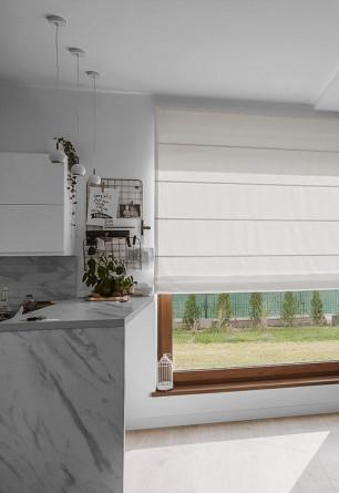 Roleta rzymska na dużym oknie kuchennym. Montaż nad wnęką okienną.