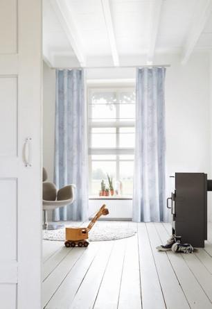 Roleta rzymska transparentna o gładkiej strukturze w odcieniu szarym w pokoju dziecięcym mocowana we wnęce okiennej.