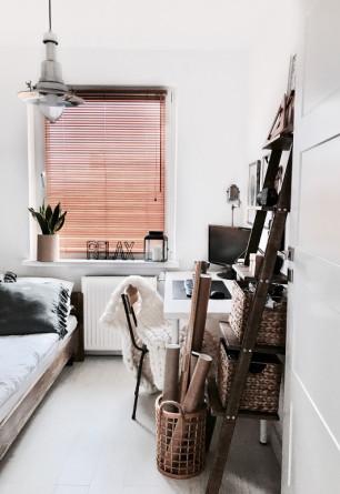 Żaluzje bambusowe 25mm w kolorze graham z widoczną i naturalną strukturą drewna w biurze.