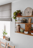 Trzy poziomowa półka ścienna GRAŻYNKA zamontowana na ścianie w kuchni.