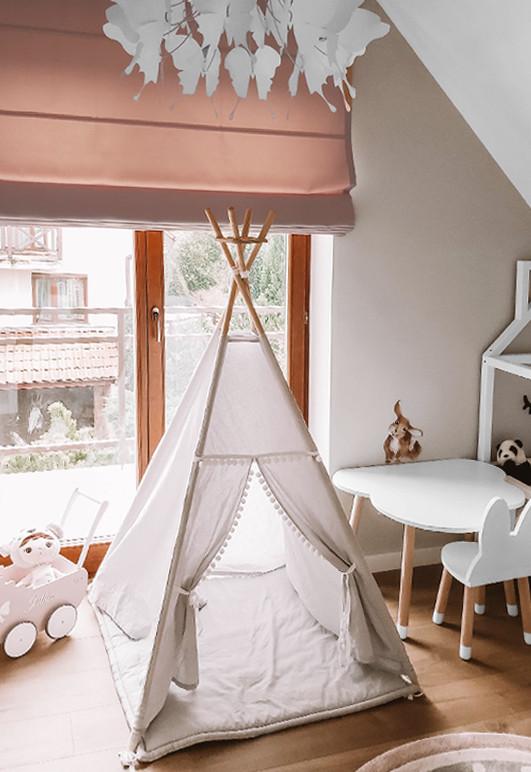 Różowa roleta rzymska BOHO B45 w pokoju małej dziewczynki. Montaż nad wnęką okienną.