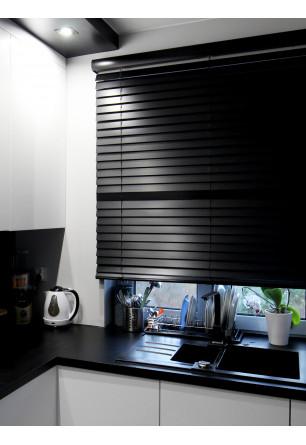 Żaluzja drewniana o lamelkach 50mm montowana nad wnęką okienną w kuchni o nowoczesnym stylu.
