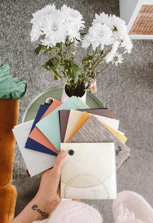 Próbki tkanin do rolet dachowych i wolnowiszących przygotowane przez Nasze Domowe Pielesze.