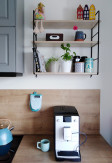 Ręcznie wykonana trzy poziomowa półka ścienna GRAŻYNKA wykonana ze sklejki oraz metalu na ścianie kuchennej.