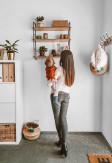 Ręcznie wykonana trzy poziomowa półka ścienna GRAŻYNKA wykonana ze sklejki oraz metalu na ścianie w biurze.