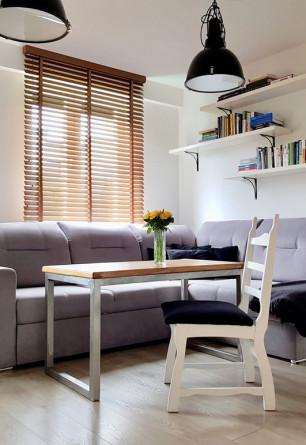 Żaluzja drewniana w kolorze JASNY DĄB o lamelkach 50mm montowana do sufitu w salonie.