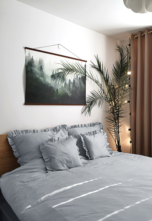Pięcio częściowy komplet pościeli z falbaną WYRKO W CHMURCE 160x180 w sypialni.