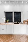 Żaluzje drewniane 25mm na wymiar w kolorze czarnym montowane bezinwazyjnie na oknie kuchennym golden.home.mb