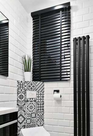 Żaluzja drewniana w kolorze czarnym o lamelkach 50mm drabinka taśmowa montaż nad wnęką w łazience.