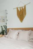 Elegancka o ciepłym odcieniu beżu poszewka z falbaną 70x80