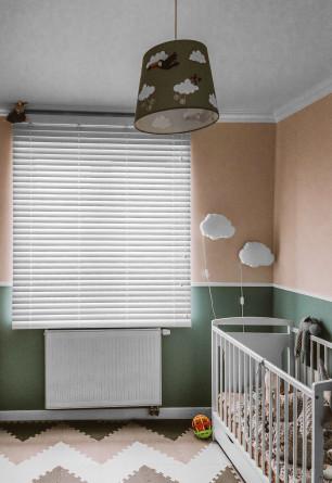 Biała żaluzja bambusowa 50mm montowana do sufitu w pokoju dziecięcym.
