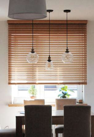 Żaluzja bambusowa 50mm GRAHAM w salonie oraz jadalni z montażem do sufitu.
