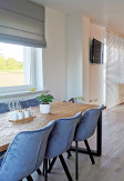 Szara roleta rzymska BOHO B92 montaż do sufitu w kuchni oraz jadalni.