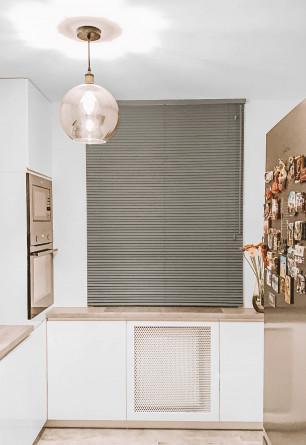 Jasno szara żaluzja bambusowa 25mm montowana do sufitu na oknie kuchennym.