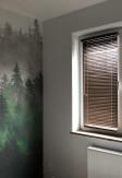 Brązowa żaluzja drewniana 25mm montowana na oknie z wywietrznikiem (wentylacją).