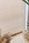 Pobielane żaluzje bambusowe 25mm z widoczną i naturalną strukturą drewna montowane inwazyjnie na oknie z wywietrznikiem.