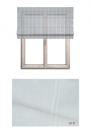 Roleta rzymska w tkaninie transparentnej o ozdobnych pionowych paseczkach w kolorze białym (LT10).