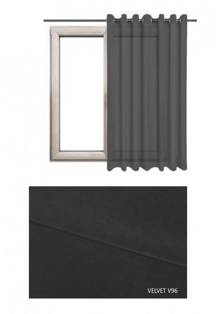 Zasłona na kołach w tkaninie o czarnym odcieniu (V96) z kolekcji VELVET na wymiar.