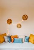 Dekoracyjne poduszki (poszewki) w pokoju o stylu boho.