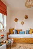 Dekoracyjne poduszki w pokoju o stylu Boho.