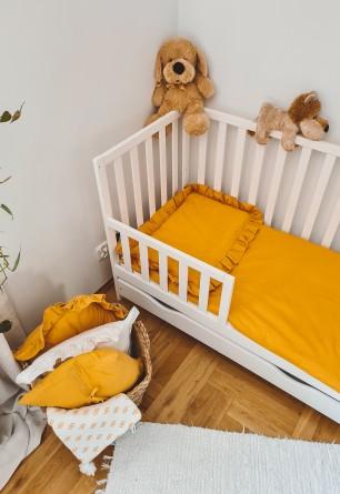 Dwu częściowy komplet pościeli niemowlęcej z falbaną o miodowym odcieniu.