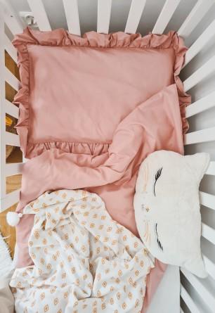 Dwu częściowy komplet pościeli niemowlęcej z falbaną o odcieniu brudnego różu.