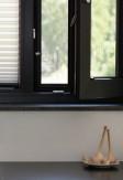 Aluminiowa moskitiera okienna kołnierzowa - kolor ramki antracyt - widok z pomieszczenia -nasze domowe pielesze.