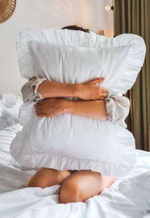 Biała bawełniana poszewka z ozdobną falbaną 50x60